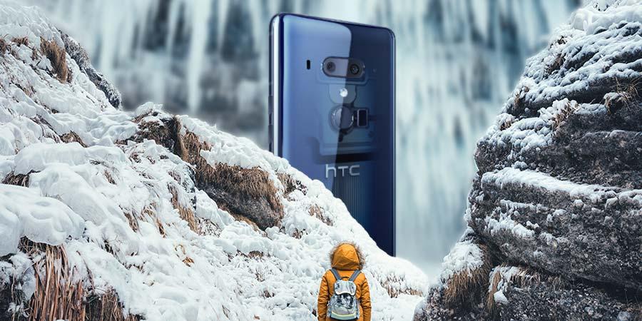 Großes HTC U12+ vor dem Wasserfall